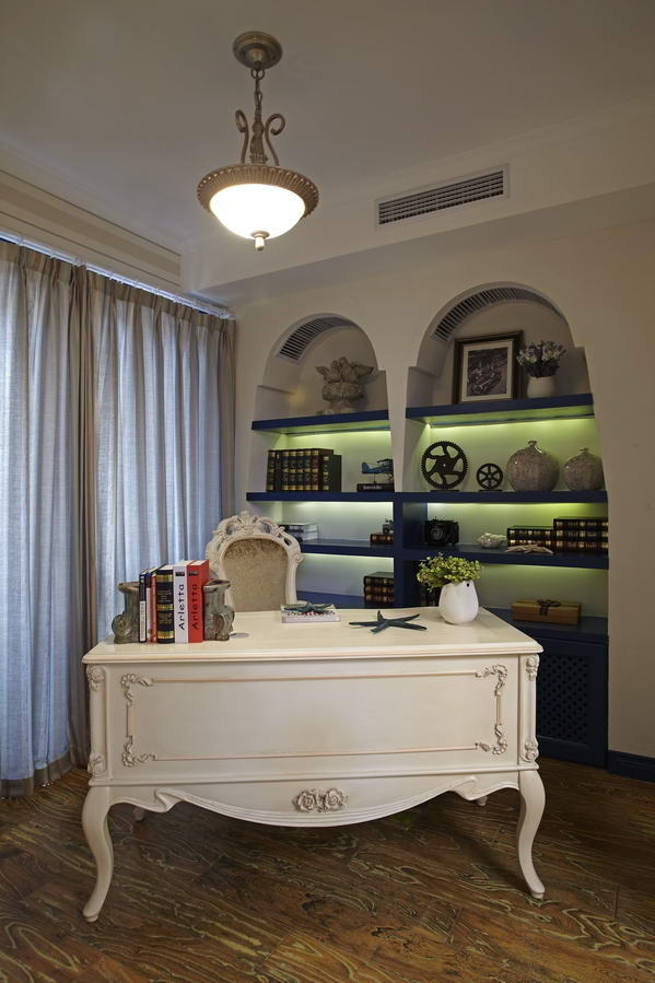 书房的装饰舒心自然,空间虽小五脏俱全。