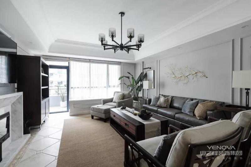 美式家具中一直占有重要地位,由于它造型简单、明快,而且实用,长久以来受到各国消费者的喜爱。在1998年的家具展中被加入了多功能设计,外观和用料仍保持自然、淳朴的风 美式风格 美式风格 格,隐藏设计的抽屉收纳了空间,使其看起来更整洁、美观。就整体而言,美式家具传达了单纯、休闲、有组织、多功能的设计思想,让家庭成为释放压力和解放心灵的净土。美式家具的最迷人之处还在于造型、纹路、雕饰和色调细腻高贵,耐人寻味处透露亘古而久远的芬芳。