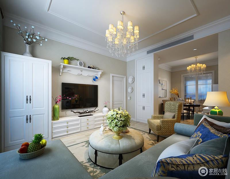 客厅简欧风白色储物柜,以高低落差方式,连同与餐厅隔断墙入墙隐形柜,共同打造空间上的强劲收纳存储功能;纯净的白色与背景米黄,对比出温馨感;华美的水晶灯,与餐厅灯饰呼应,保持空间上的统一。