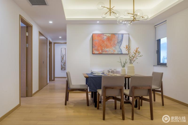 餐厅开放式的格局自得惬意,吊顶通过灯带与黄铜球泡灯呈明朗与简约时尚;空阔的白墙因为橙色挂画和花器的造景之意多了自然风趣,同时,令现代实木家具融入空间,形成一派朴质和美。