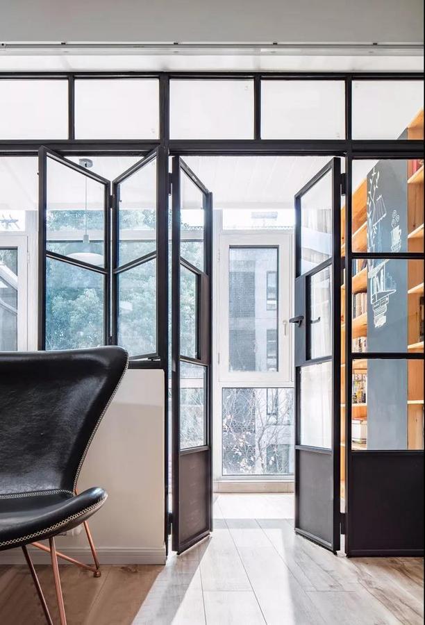 从客厅去阳台,推开两扇门即是书房,光和风在瞬间流泻进来。