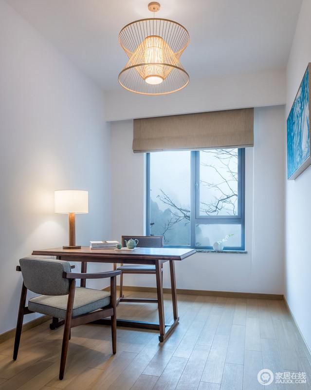 设计师喜欢以留白的形式,让心灵得到释放,而蓝色挂画起到反称作用;书房外是云雾叠影,丛林荫荫,而书房内的卷帘营造出回归田园的惬意;实木桌椅带着东方气韵和现代简约,在藤编的灯具渲染下表现出亲和与文雅,让你的书房生活也无拘无束。