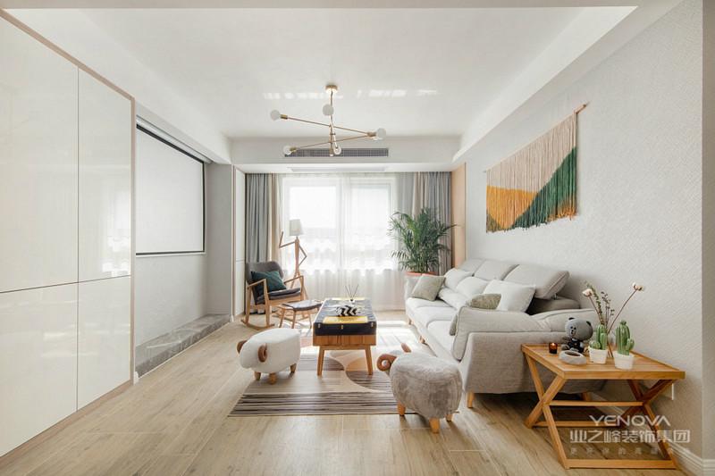 客厅浅灰色的布艺沙发搭配木质地板以及木质小茶几,看起来很和谐