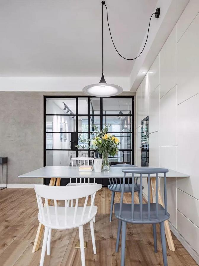 餐厅,黑色极简吊灯,灰蓝和白色的椅子,都是尽可能的减轻体积感。