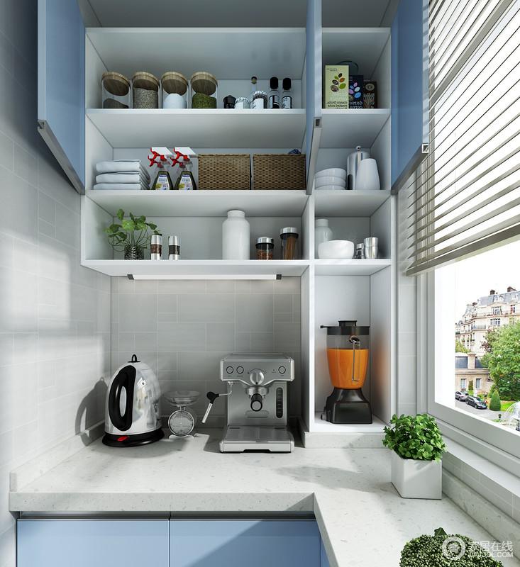 吊柜下的开放格充分的利用了墙面空间,不仅方便用户取拿物品,也让整个墙面变的井然有序,整齐划一。地柜的台面作为厨房的辅助操作台,让电器也有了自己的操作和收纳空间。