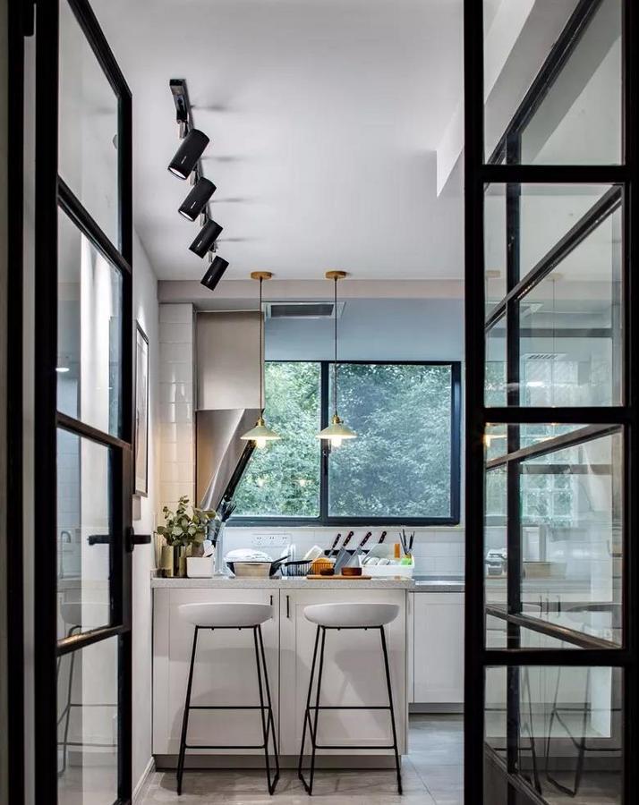 厨房门也同样采用了铁艺玻璃双扇平开门,同样在尽可能做减法。