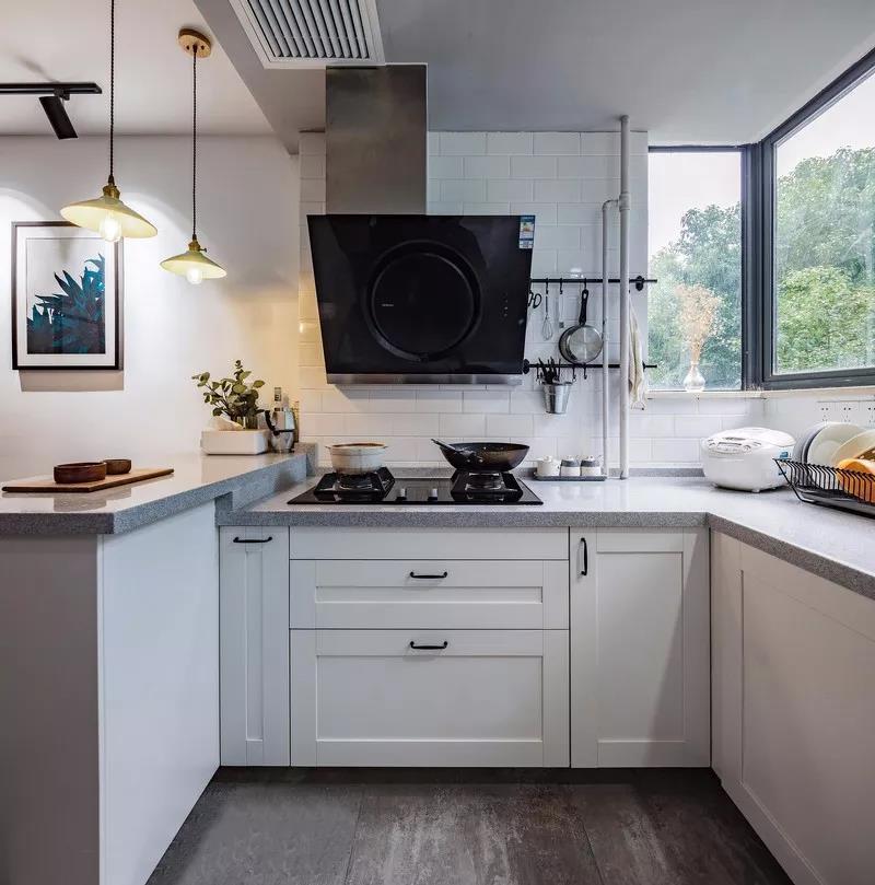 厨房主要的色调就是黑白灰,加上灯光的烘托,营造出不一样的生活质感。