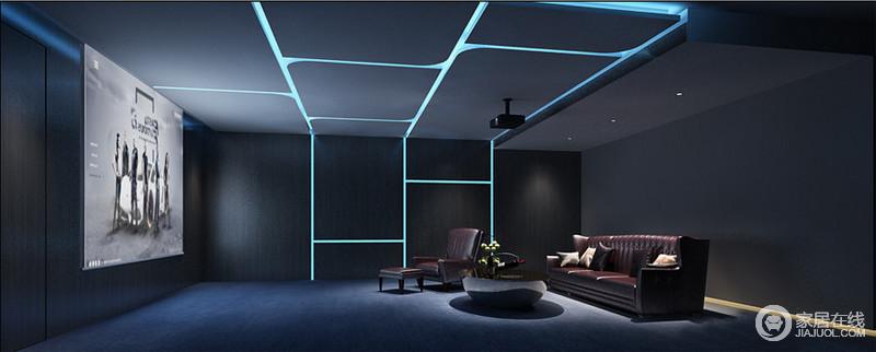 影音室藏蓝色的的漆粉刷墙面,形成一种沉冷的氛围,不夸张,也不内敛,沉稳大气;蓝色灯带以几何造型形成一种台阶状,让空间多了光影魔幻,蓝色地毯和酒红色皮沙发组合充满了古典贵气,圆几与影布的方形,表达着一种方圆的空间关系,让观影也具质感。