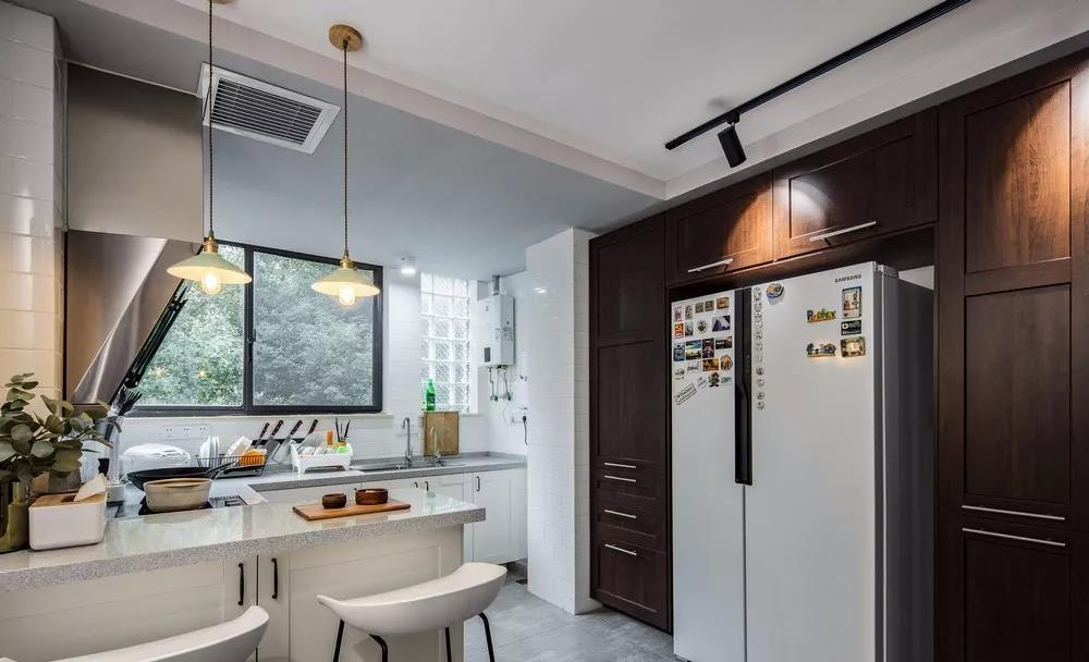 厨房侧面的柜子采用了深色柚木面定制,不会太闷,又可以让厨房的气质暖和些。