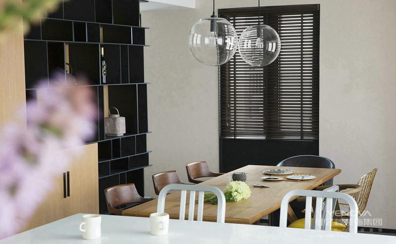 木质的餐座椅,以及上方圆形的透明吊灯,简洁时尚
