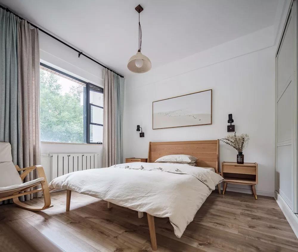 次卧,棉麻的布艺和木色的家具,是最温暖闲适的搭配了吧。