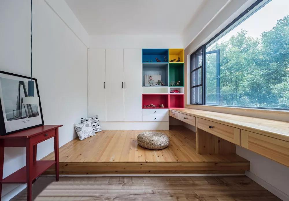 儿童房里小家伙最喜欢在宽阔的地台上玩耍,大窗户外的绿植配以木色书桌也给小房间带来无限生机。