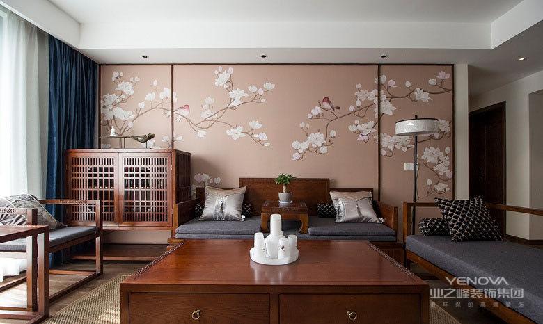 大面积富有生机的花鸟图案作为沙发背景墙装饰,烘托着朴质的木家具,将中式的古典意蕴渲染出来。