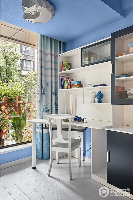 书房是整个家居环境中最富有辨识度的一个空间,浅蓝色的墙面营造出一个清晰的海洋风,搭配白色让整个画面更加清新和谐;不论是软装还是硬装在色彩上高度一致,完美诠释现代风格,同时,房间带的小书房也体现了空间设计的功能性。