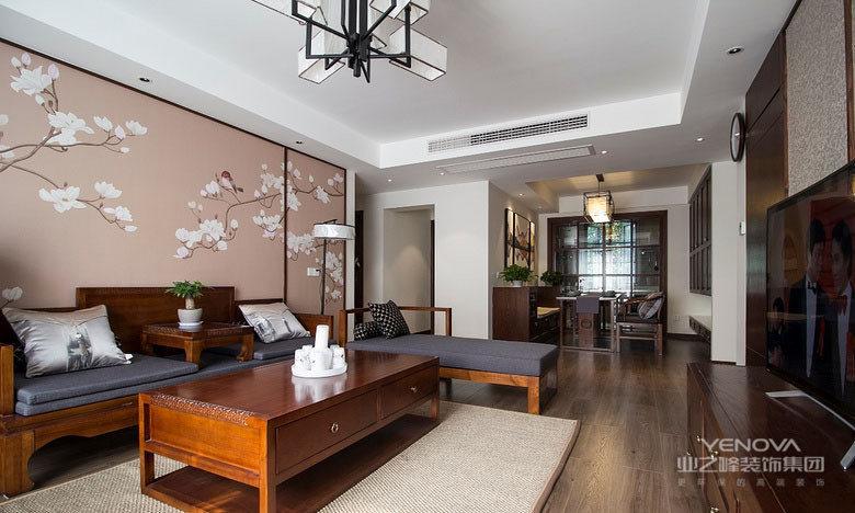 客厅以对称的形式,制造出端正大方之感;木家具配灰蓝布艺,更添一种沉稳的气质;四方茶几拥有抽屉功能