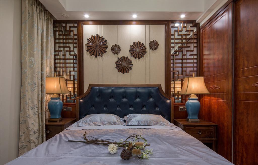 卧室采用了中式特色的床上用品,加上中式元素的背景墙,中式韵味更浓了。