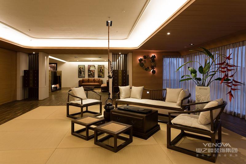 中国传统的室内设计融合了庄重与优雅双重气质。现代的中式风格更多的利用了后现代手法,把传统的结构形式通过重新设计组合以另一种民族特色的标志符号出现。例如,厅里摆一套明清式的红木家具,墙上挂一幅中国山水画等,传统的书房自然烧不来书柜、书案以及文房四宝