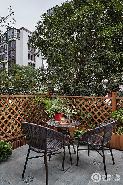 自家庭院,有一隅之地,可以搭建一个小阳台,养些花花草草,搭配三两家具,倒是非常不错的消遣宝地。