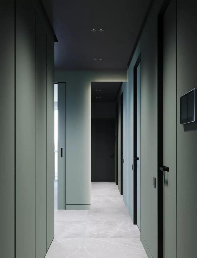 立面简洁干净的通顶式壁柜 不但拥有十分强大的收纳空间 便于将一切杂物隐藏起来 而且别出心裁地采用了浅浅的墨绿色 来彰显主人的格调 看起来气质非凡,让人赏心悦目