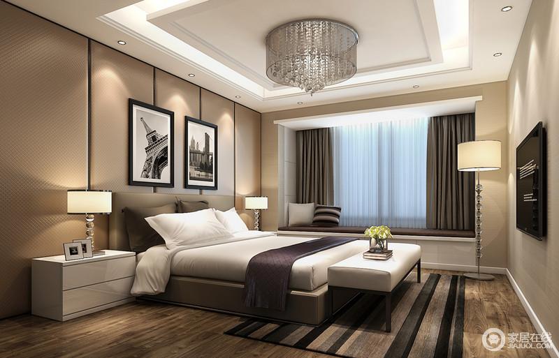 卧室床头棕驼色软包,装饰出精致柔和的温厚,并与浅驼色墙面,营造空间和谐流畅的整体性;跳跃性的条纹地毯,与灰褐、简白和深紫床品,形成层次的悦动,表现出空间的活泼情绪。
