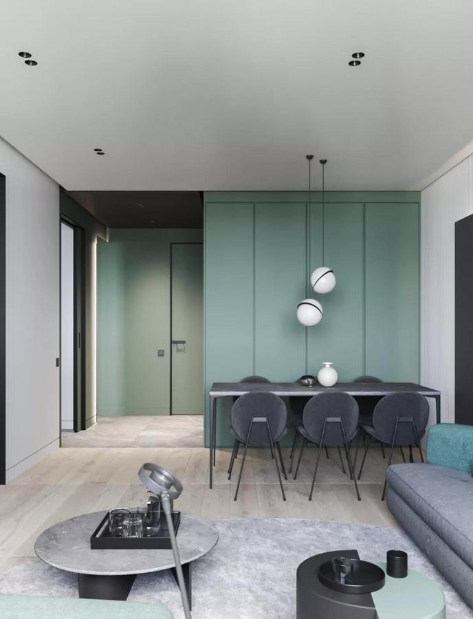 壁柜的背后则是家里的 开放式小餐厅 因为布局上比较紧凑 所以它在实现玄关功能的同时 也可以充分利用起来,作为餐边柜使用