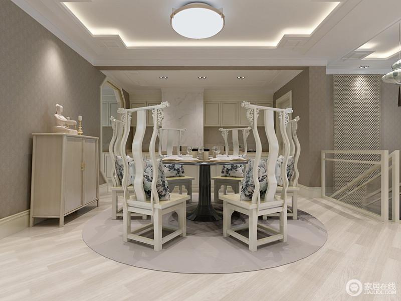 餐厨一体式空间让生活更为舒适,一字型橱柜既简洁又大气;深灰色壁纸与原木地板以色彩构建层次之美,吊顶的方与地毯的圆,呈方圆祥意;黑色圆桌与白色中式木雕餐椅以中式庄雅尽显古美,实木边柜满足收纳之余,点缀出素淡和气。
