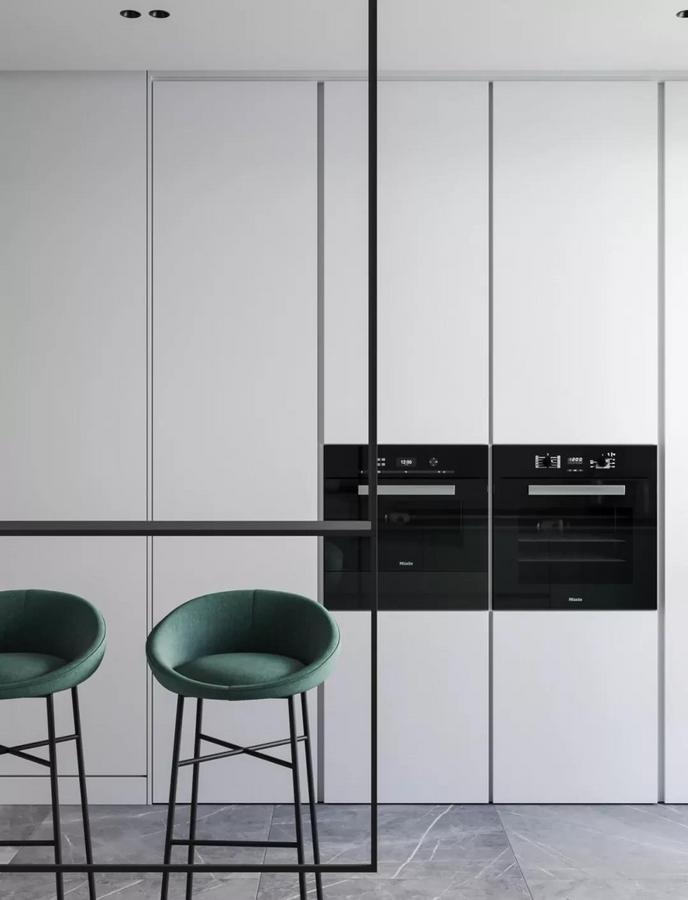与操作台相平行的另一侧区域 则全部采用通顶式橱柜 将所有大大小小的电器收纳起来 既符合整个家的风格基调 又恰到好处地弥补了收纳空间的不足