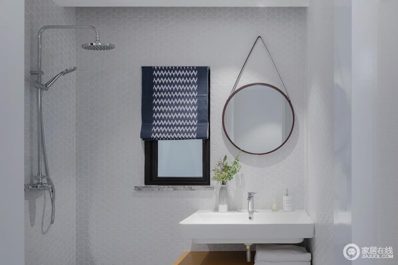 卫生间采用黑与白的色彩搭配,呈现出一个成熟稳重的卫浴空间。