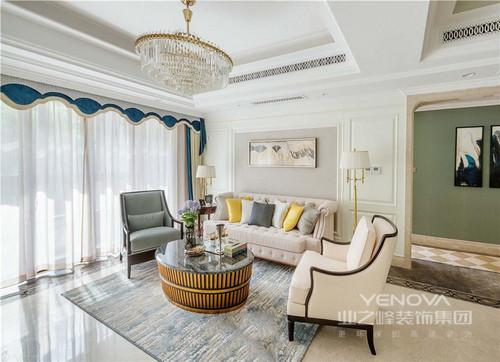 客厅的吊顶因为水晶灯多了轻奢感,新古典家具不同的造型与色彩赋予空间端庄与典雅;圆形茶几金属质地搭配落地灯让空间更为轻华,扎染过地地毯带着蓝色调,与窗帘形成应和,更为优雅。