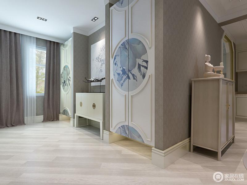 走廊紧连着餐厅,设计师将收纳柜嵌入墙体,并与新中式木门装饰出素雅之美,柜面上的画让空间多了和韵;白色边柜上的木质摆件,与素朴的空间基调营造一份原始的淳朴感。