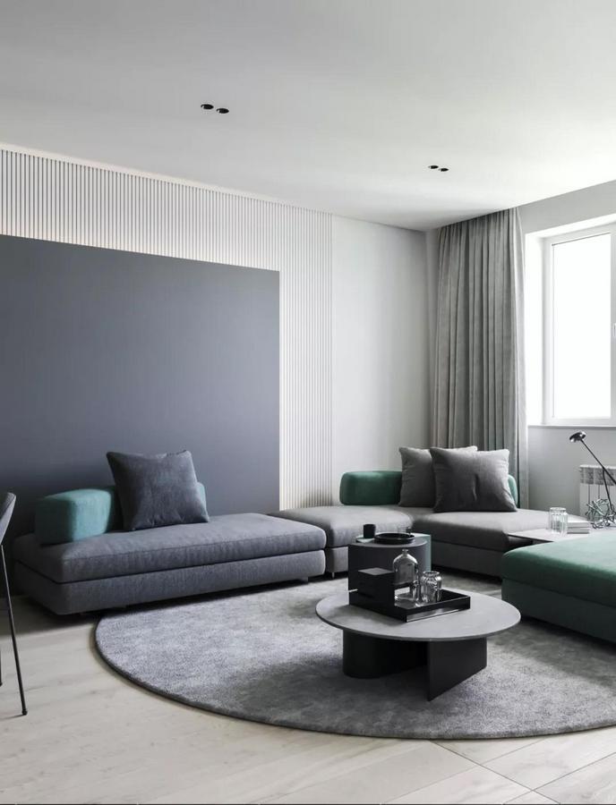 客厅的设计也延续了简约格调 通过一面明亮的窗户 和一些实用而貌美的现代家具 牵引出优雅的质感
