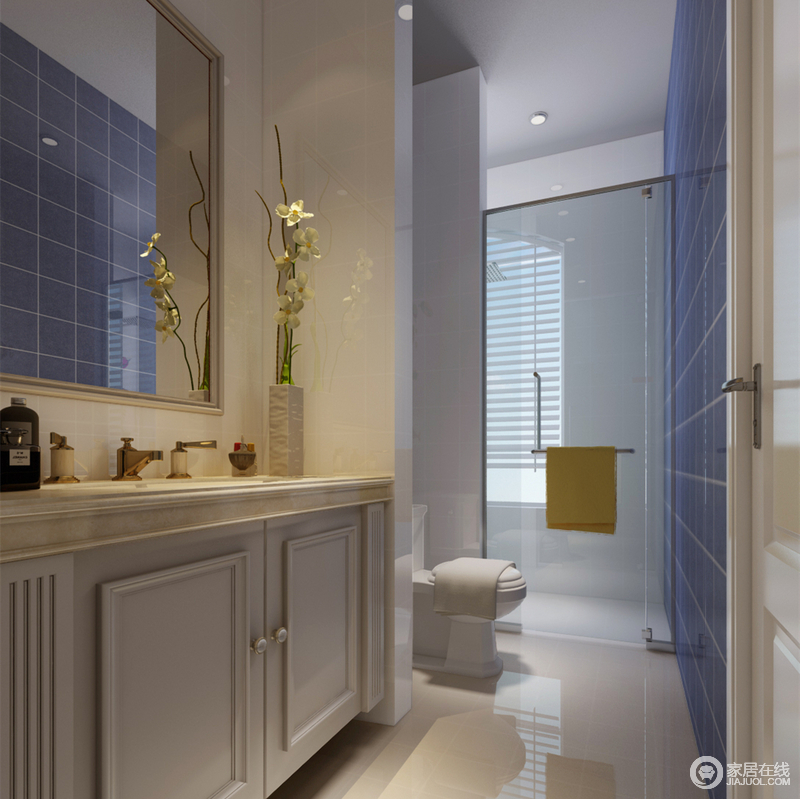 卫浴空间呈狭长型,盥洗台、马桶及淋浴功能区规整靠边排列,通过隔断墙划分;海蓝色方砖铺贴,在白色空间中愈加显得清新舒爽,折射在浴室镜里,增强空间互动性。