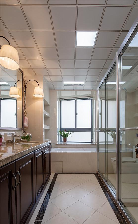 卫生间整体设计实用温馨,收纳功能强大。