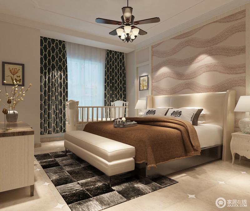 卧室线条整洁,波纹壁纸简单地装饰出一种荡漾感,扫去背景墙的单调;白色床头柜对称之中,与床尾凳提升了舒适和实用,在黑灰色地毯的衬托中凸显出色彩层次,驼色毛毯和墨绿色几何窗帘裹挟着复古时尚,与风扇式吊灯营造一派清和素雅。