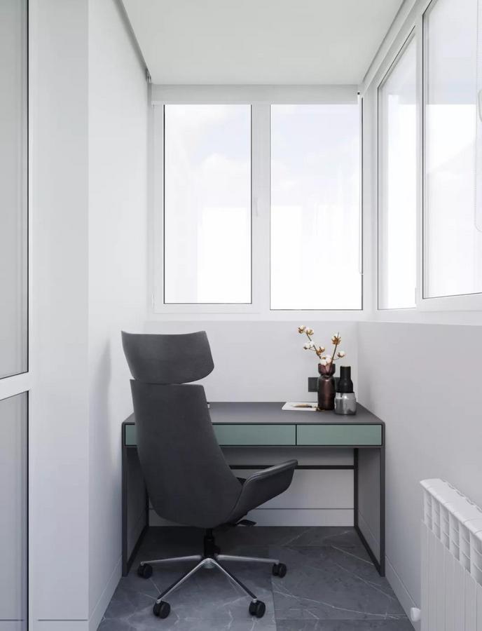家里的阳台也不是拿来晾晒衣物 而是改造成小型办公区 面对着窗户摆放一套桌椅 再用小巧的装饰物进行点缀 就能创造出一个安静的私人空间了