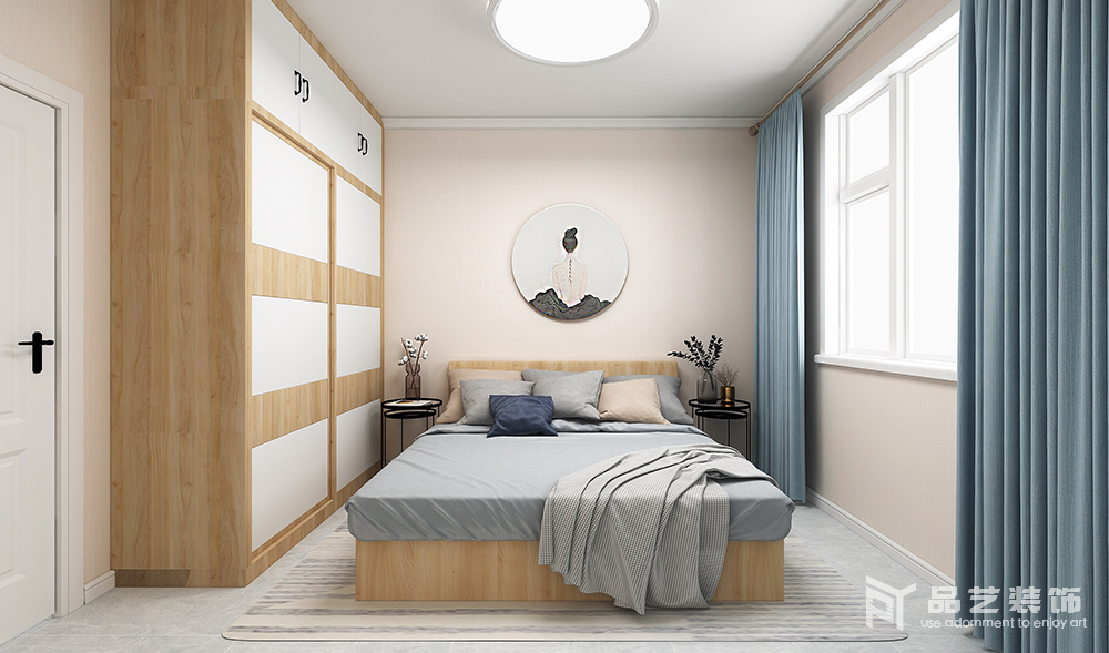臥室線條簡單,米色漆粉刷墻面與白色踢腳線讓空間具有了結構感,并造就了一份淡淡地和靜;原木與白色板材打造得衣柜實用之中藏有幾何藝術,掃去平淡,正如灰色床品因為藍色窗簾的陪襯,多了優雅一樣,而北歐黑邊幾的乖巧與綠植點綴出秀氣與輕快。