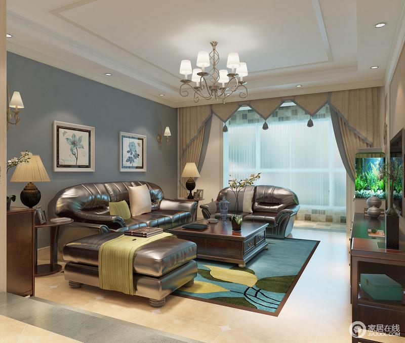 客厅的白色吊顶十分规整,浅灰色漆粉刷得背景墙带着兰花挂画让空间格外清雅;驼色窗帘的几何造型与美式实木家具组合出稳重,棕色皮质沙发的质感十分上乘,绿蓝色地毯的铺设,让空间跳跃出一种生机,格外出彩。
