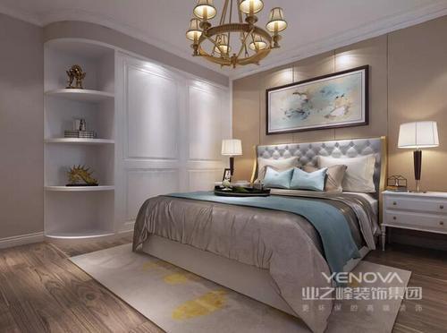 设计师从功能来划分空间,让设计满足不同的生活需求;整体上空间规整有致,通过木作家具的定制设计,让功能性设计发挥到极致;而色彩上以米色和驼色为主,延续沉稳的基调,并以亮色为点缀,唤醒生活的活力;美式家具的简美设计,改变了过去的厚重感,以清和之韵与精致的饰品,让家格外大气、温馨