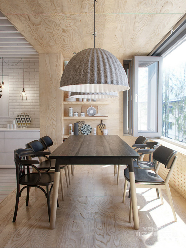 餐厅座椅以木质为主,黑色的桌椅很是简约大气