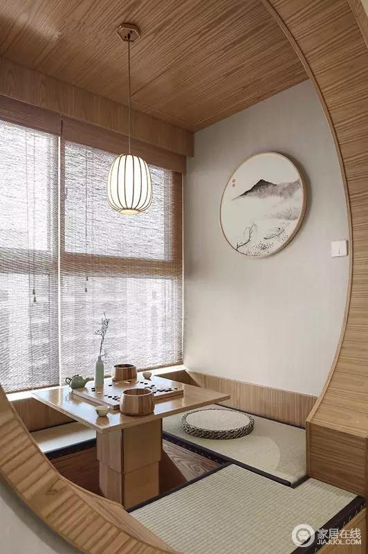 阳台做了个小榻榻米,是个喝茶聊天的好地方。