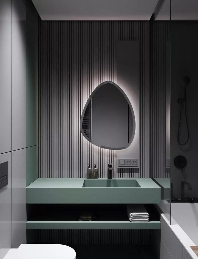同样彰显独特气质的还有卫生间 这面不规则形状的镜子 搭配着周围的嵌入式灯带 令空间看起来更有精致感了