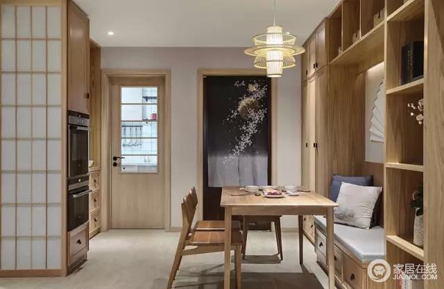 餐厅做了卡座设计,餐桌、餐椅包括储物柜都是原木材质的。