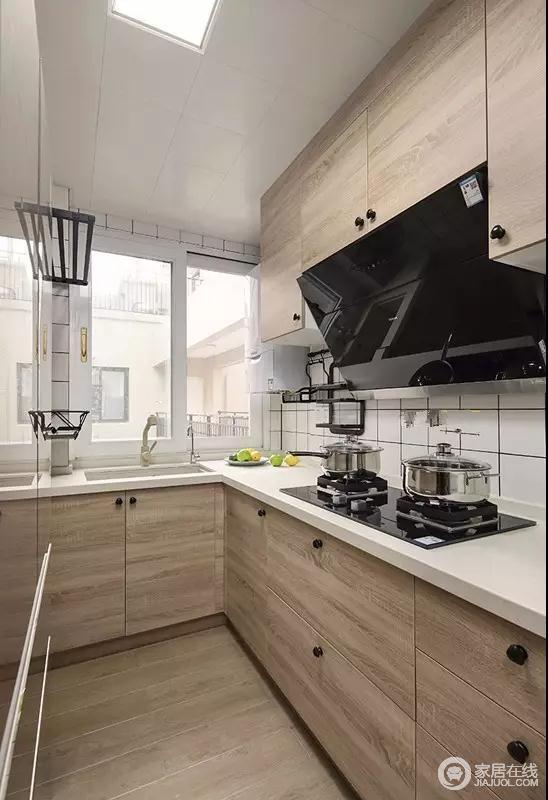 厨房的橱柜,台面是白色大理石做成的,柜门是木材做成的。