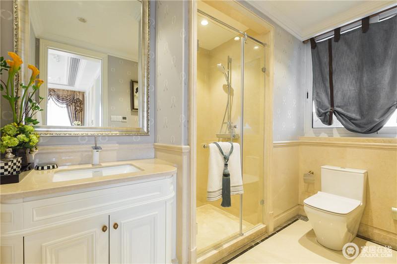白色造型的台盆柜搭配金色边框的镜子显得古典而又高贵,干湿分离的卫生间更加方便打扫。