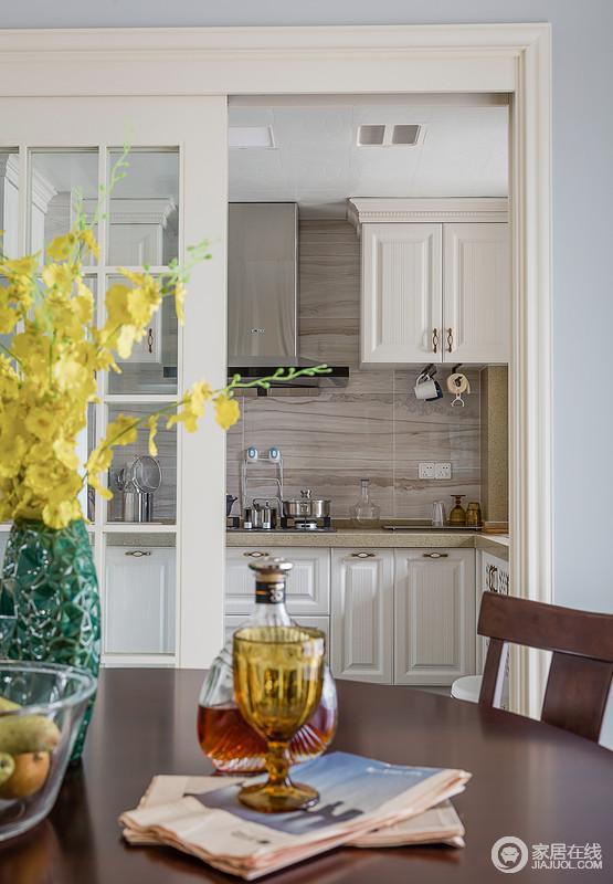 白色的厨房看上去简单通透,加上开放式的空间布局,让整个厨房成为生活中惬意舒服的空间,推拉门的设计解决了油烟问题,着实实用。