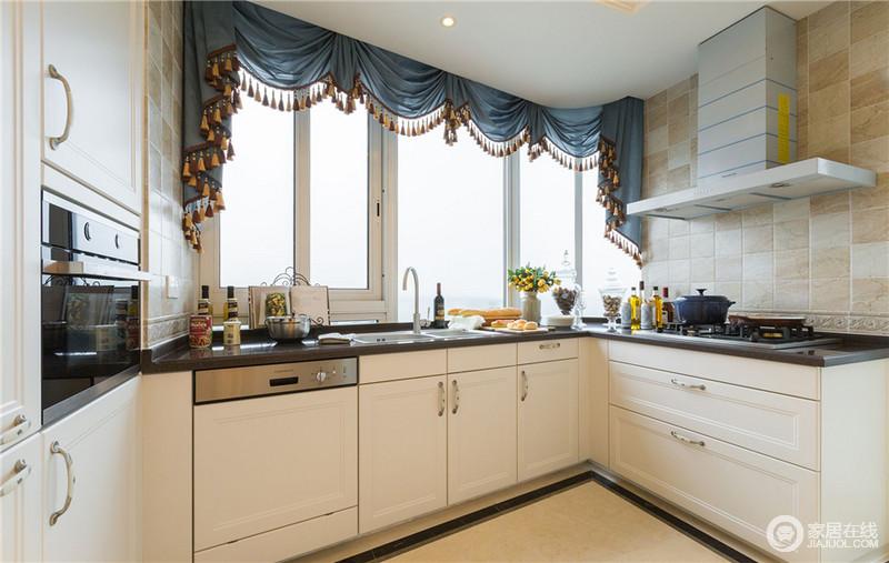 厨房在颜色选择上遵循整个空间灰白主色调,大面积的窗户让整个空间更加的明亮通透。不使用吊柜的设计不仅拉高了房高还避免了碰头的尴尬。