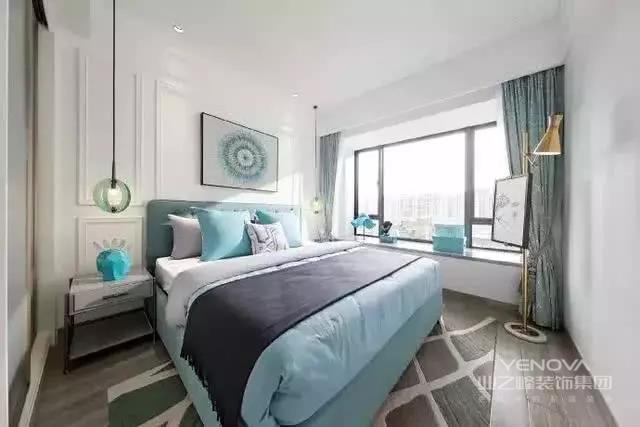 现代简约风格的特点之一就是明亮、宽敞。在家具的选择上,一般会选用白亮系列的家具。光泽度高的家具看起来倍感时尚,并上档次。给使用者一种舒适、美观并存的感受。