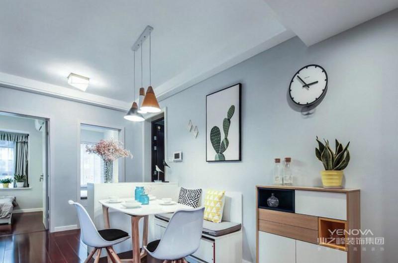 餐厅也是比较简单的,木质的白色座椅很是简约大方
