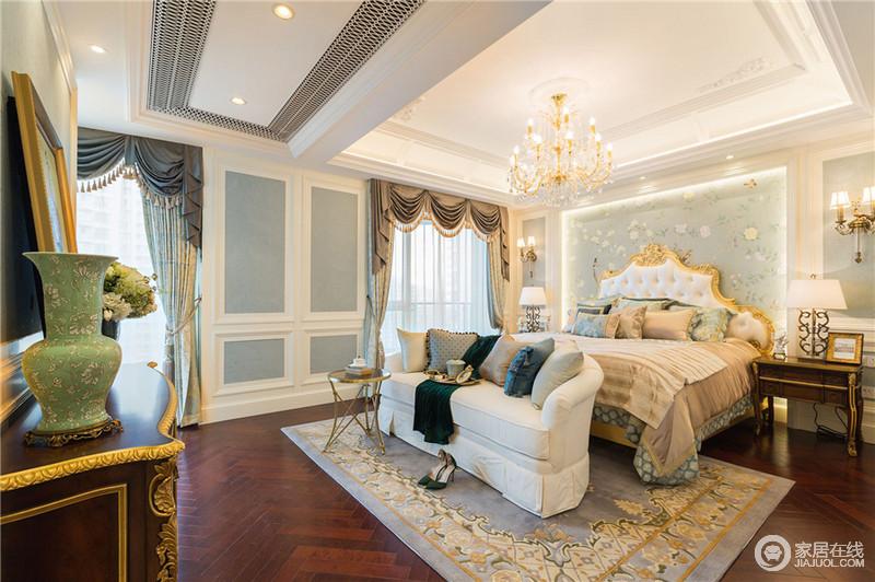 过多的繁琐装饰会给空间的压抑感,所以在顶面选择较简单的灯池吊顶,在地面选择了温和的实木地板。在卧室背景墙选用白色木饰面的护墙板,中部选择浅蓝色的暗纹壁布,周边是由金色铜条装饰,整个空间简单且富有质感。在主卧软装的选择金色古典软包床品,提升了主卧的整体风格。