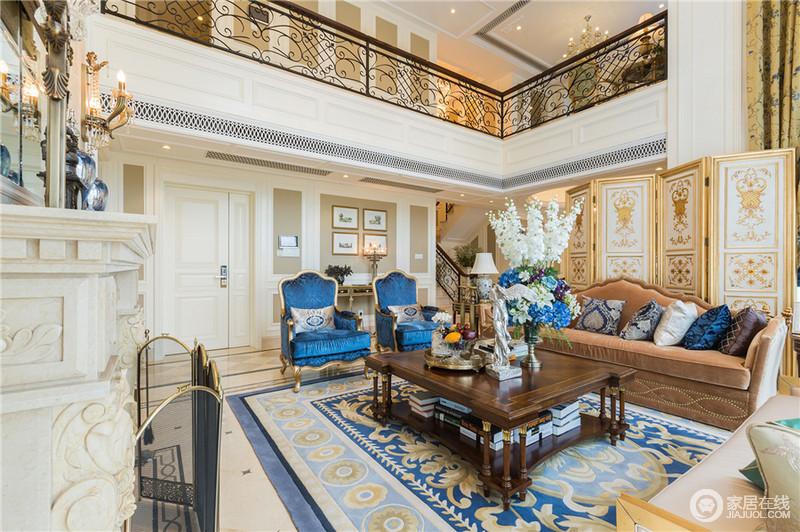客厅挑高视觉上给人感觉庄严,奢华的感觉,成熟细致的线条配描金屏风风,结合家具与窗幔,烘托内敛优雅的大宅风范。